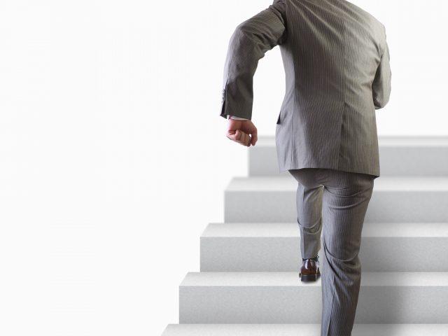 階段を昇る男性
